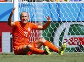 高清图:荷兰疑似点球未吹罚 莫雷诺受伤被抬走