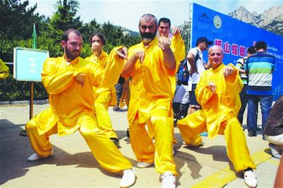 150名螳螂高手崂山以武会友 外国拳手有板有眼