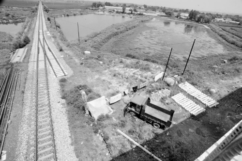 """在铁西经济技术开发区正在建设的国家重点铁路工程""""宝马铁路专用线"""",一户村民在铁路中间盖起了一个大窝棚,还开来了大卡车,拉上了晾衣绳,阻止铁路施工进行,导致该条铁路线迟迟无法完工。"""