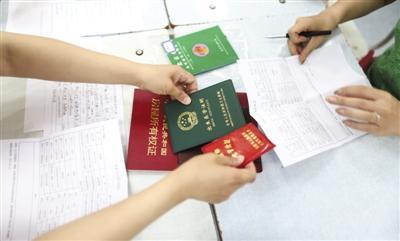 6月14日,东城区花市小学,家长和孩子在进行现场信息审核。新京报记者 浦峰 摄