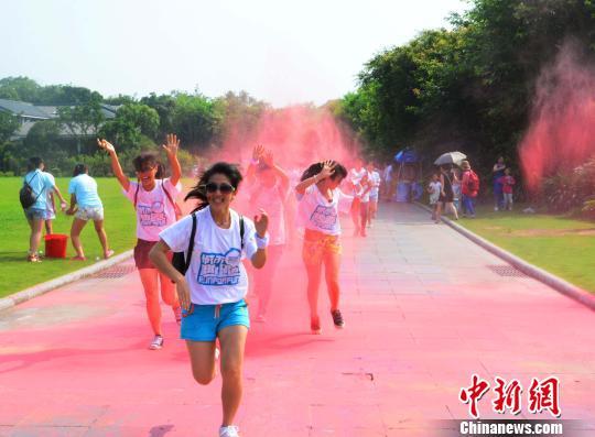 3000多名参赛选手和数十名外国友人参加了在桂林訾洲公园举行的桂林首届RUN FOR FUN 城市趣跑活动。 唐梦宪 摄