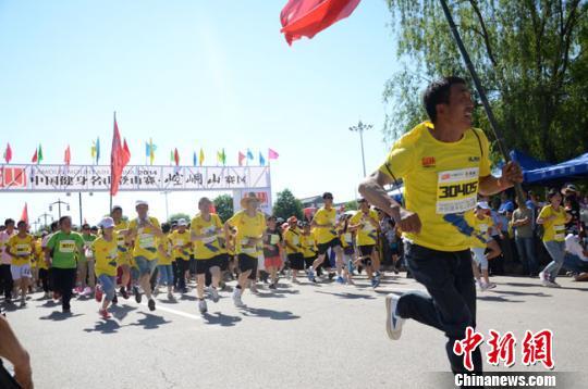 2014中国健身名山登山赛崆峒山赛区比赛在平凉崆峒山景区开赛。图为参赛选手从起点出发。 冯志军 摄