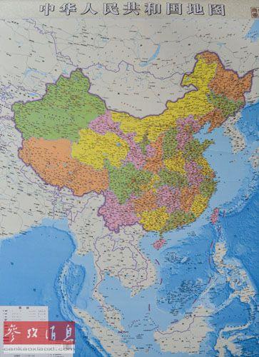 亚洲的观察人士应更加关注的是北京最近采取的策略。有各种报道称,中国最近采取相关举措对其围绕有争议海域主张的主权加以强调,已经公布了首个官方竖版国家地图,把广阔的南中国海收录其中,而且对陆地和海洋都予以相同的重视。资料图:6月23日拍摄的竖版《中华人民共和国地图》。新华社记者白禹摄