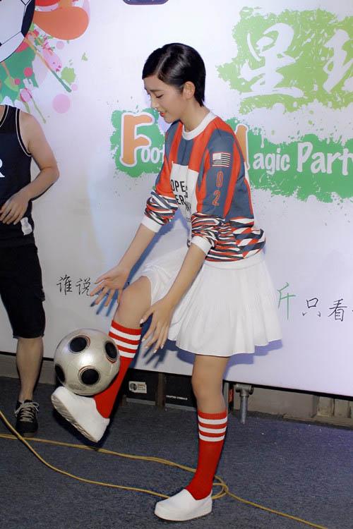 唐艺昕与粉丝互动颠球