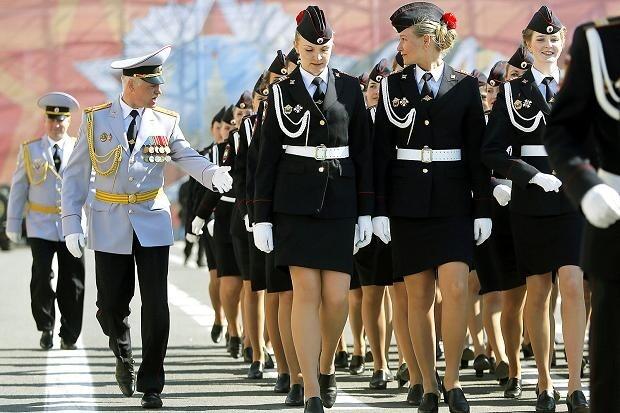 俄罗斯女警察被要求不得穿着过短裙装执勤。