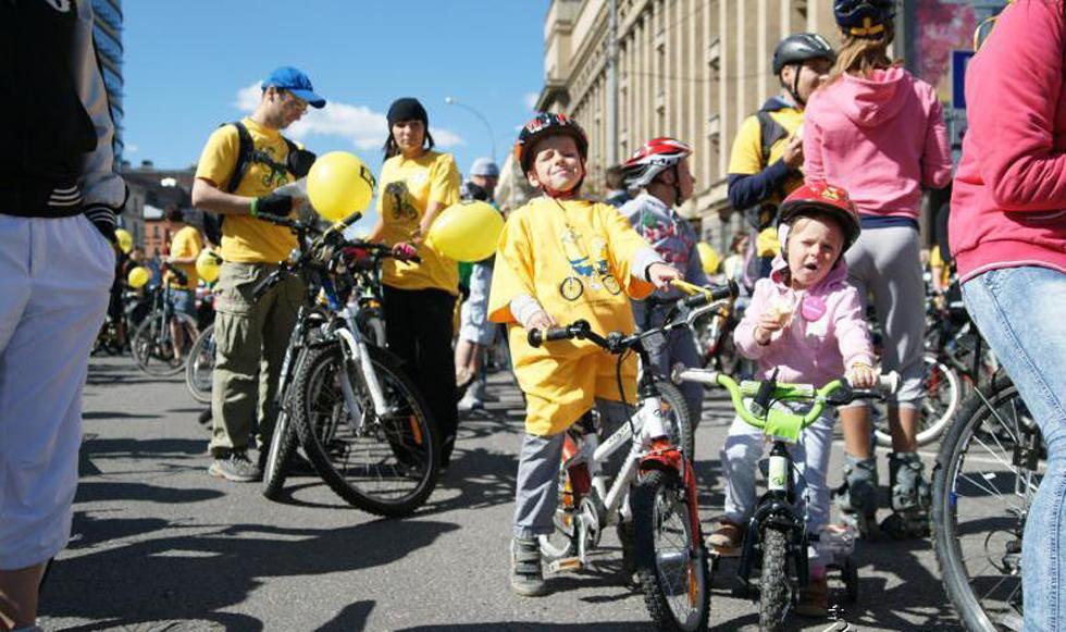 莫斯科举办骑自行车活动,上万人骑车16公里。