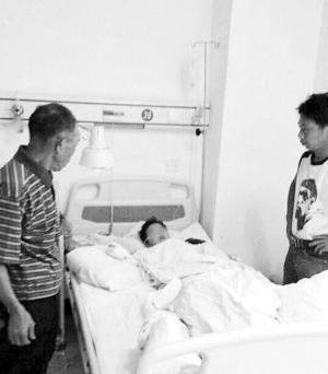 """病床上的小婷哭着问爸爸:""""我的手哪儿去了?"""""""