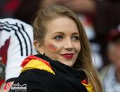 高清图:德国美女vs阿尔及利亚帅哥 伯仲不好分