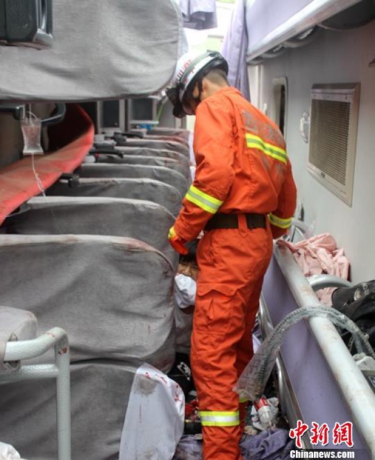 消费官兵正在营救车内一名被困伤者。 刘琳 摄
