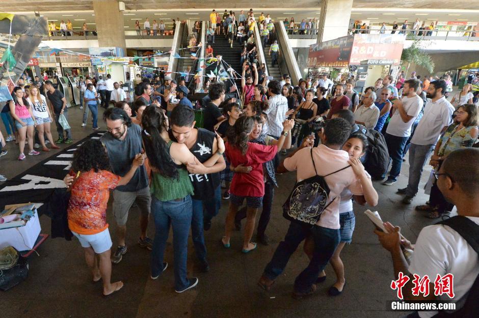 巴西美女汽车站示威抗议