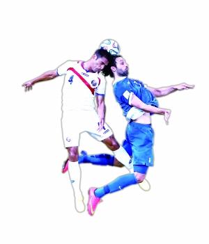 哥斯达黎加队球员迈·乌马纳(左)与希腊队球员争顶 (摄影/新华社记者 曹 灿)