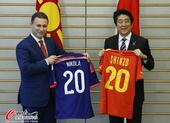 高清图:日首相安倍晋三与马其顿总理互赠球衣