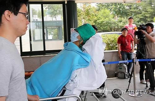 资料图:韩国哨所枪击案肇事士兵林某被送至医院。