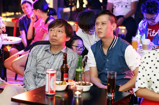 搜狐CEO张朝阳和马浴柯一同看球