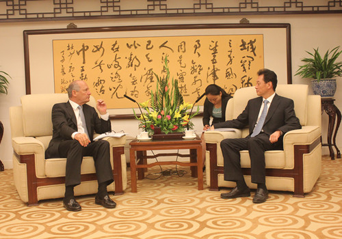 2014年7月1日,外交部副部长王超应约会见英国东亚委员会主席丹尼斯,就中英关系及加强中英对话交流渠道等交换了看法。