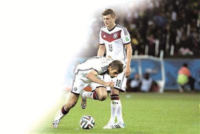 """穆勒左再现""""二娃""""本色,德国搞笑任意球战术""""震惊世界""""。"""