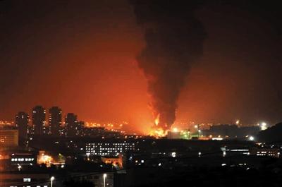 6月30日19时,辽宁大连开发区一根石油管线发生爆裂,原油顺着地下管线向下游流淌又引发次生火灾,大连全市消防车都赶赴现场增援。图/IC