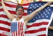 高清图:比利时红魔球迷本尊吓人 美国大妞豪放