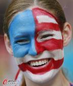 高清图:美国球迷星条旗颜艺秀 加拿大球迷乱入