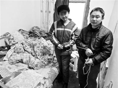 陈景云带孩子出门总用绳子牵着,以防孩子伤害他人