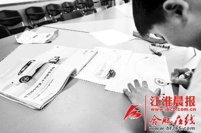 陈艺洋在画汽车。晨报记者孟祥节摄