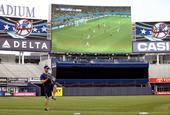 谁说美国不爱足球?美职棒大屏幕直播世界杯(图)