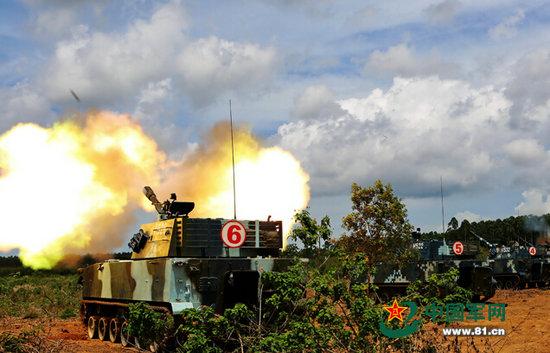 原文配图:两栖榴炮进行远程火力射击。