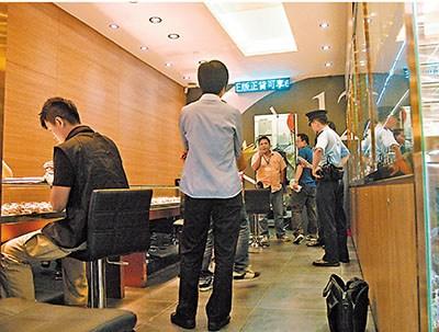 西洋菜南街一表行被口罩匪劫走3只共值37万元(港币)名表,警员到场进行调查。来源 香港《文汇报》
