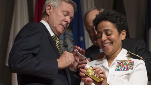 霍华德成为美国海军首位女性四星上将。