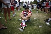 高清图:美国队遗憾出局 球迷失望蹲坐地上不起