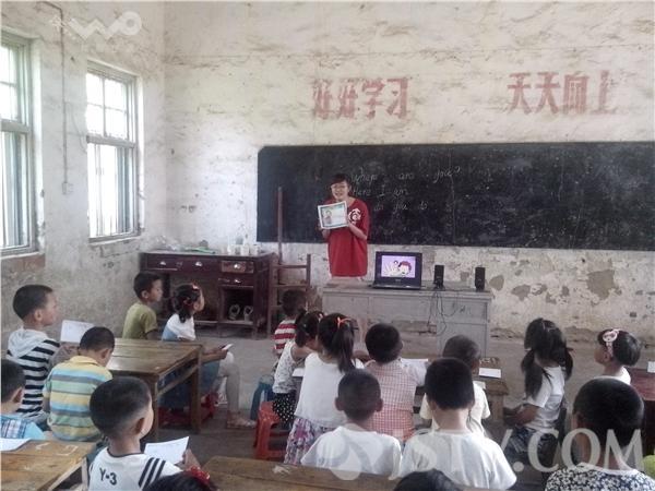 高校大学生暑期下乡支教留守儿童