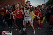 高清图:比利时国内红魔忘我庆祝 大胸美女热舞