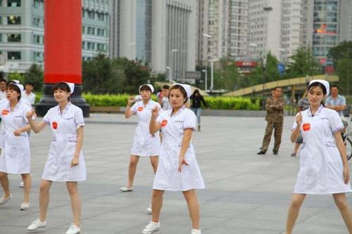 美女护士大跳小苹果广场舞