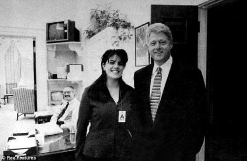 资料图:莱温斯基与美国前总统克林顿的合影。