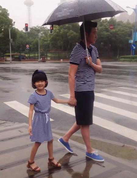 陆毅与贝儿走在街头