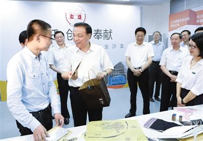 """昨日,李克强在湖南大学学生创业中心""""明码实价""""买下两位创业大学生的4个产品。"""