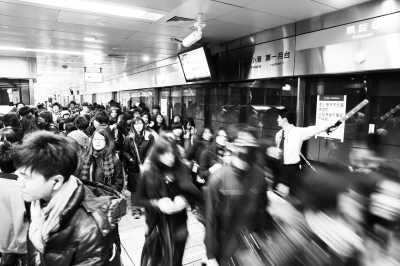地铁站人多拥挤,容易发生突发事件。