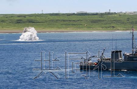 图为2007年6月,日本海上自卫队在硫黄岛海域进行爆破处理水雷的训练。照片右侧为负责警戒的扫雷艇。