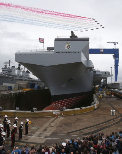 """当地时间7月4日上午,英国最新建造的伊丽莎白女王级航母首舰""""伊丽莎白"""