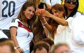 高清图:德国太太团观战 吃零食玩自拍不亦乐乎