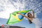 高清图:巴西总动员激情助威 白衣美女风情万种