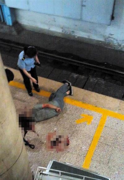 昨日下午3时许,2号线复兴门站,一名男子将头探出安全线,被驶入站台的列车撞伤,头部多处损伤。 网友供图