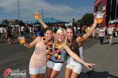 高清图:狂欢吧德国人!美女啤酒呐喊一个不能少