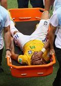 噩耗!内马尔骨裂告别世界杯 担架抬着痛哭(图)