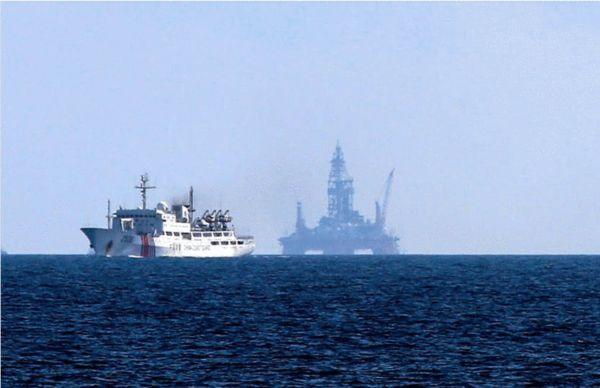 资料图:我执法船保卫981石油钻井平台。