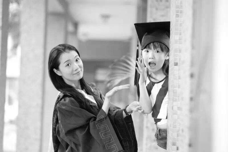 石家庄33岁美女硕士偕女儿拍毕业照网上火了
