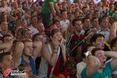 高清图:足球不分国界 西班牙球迷关注德法大战