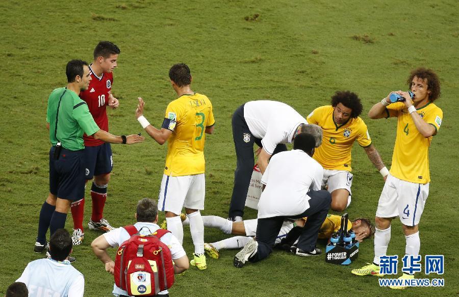 新华社记者廖宇杰摄-巴西队队医 内马尔腰椎受伤 提前告别世界杯 组图图片