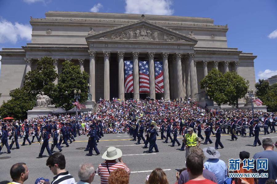 7月4日,在美国首都华盛顿,参加独立日游行的队伍经过美国国家档案馆.