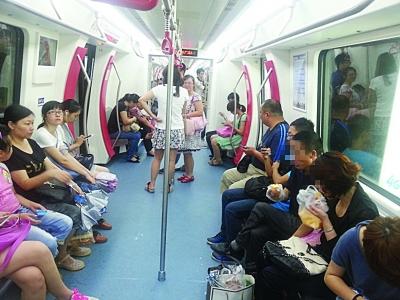 地铁车厢内仍有乘客吃零食。